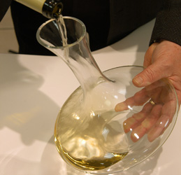 © BIVB / MONNIER H.Decanting of a Burgundy wine