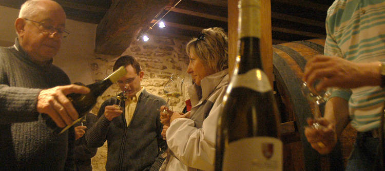 © BIVB / MONNIER H Wine tastings in a wine-maker's cellar