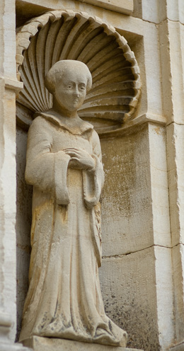 © BIVB / NARBEBURU S. Statue of a Cistercian monk.